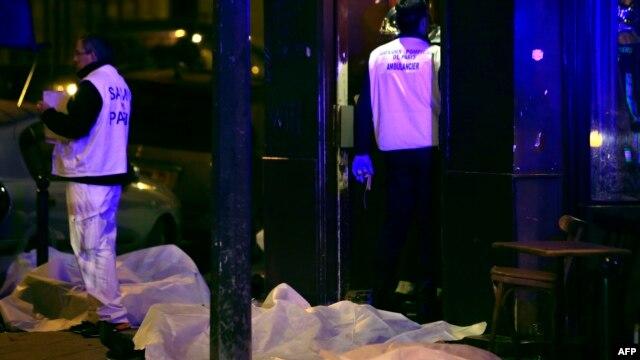Các nạn nhân nằm trên vỉa hè một nhà hàng ở Paris, ngày 13/11/2015.