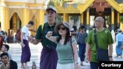ေရႊတိဂံုဘုရားေပၚေရာက္ တရုတ္ခရီးသြားဧည္သည္မ်ား (ဓါတ္ပံု- ဖိုးခြား၊ the Global New Light of Myanmar)