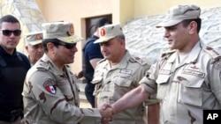 埃及总统塞西(左)身著迷彩服军访问西奈半岛。