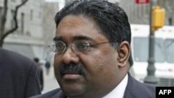 Ông Raj Rajaratnam, người sáng lập văn phòng đầu tư Galleon bị kết tội thủ lợi bất hợp pháp trên 50 triệu đô la qua hoạt động buôn bán chứng khoán với thông tin nội gián