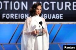 Izraelska zvezda Gal Gadot dodeljuje jednu od nagrada na 78. dodeli Zlatnih globusa.