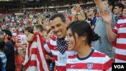 Người hâm mộ mặc trang phục mới của đội tuyển bóng đá nam của Mỹ đến chật sân FedExField cỗ vũ cho trận giao hữu Mỹ-Brazil, ngày 30 tháng 5, 2012