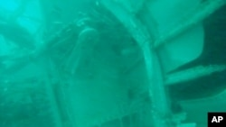 印尼國家搜救局星期三發表一張水下拍攝的照片,顯示亞航失事客機部分殘骸。