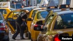 一位妇女走出纽约的计程车(2013年9月24日)