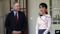 美國國會參議院共和黨少數黨領袖麥康奈爾星期一在仰光與緬甸民運領導人昂山素姬會面。