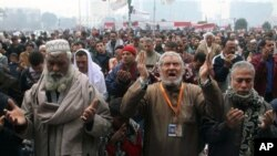 Wamisri wakiswali wakati wa maandamano huko uwanja wa Tahrir.