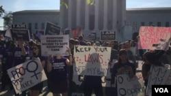 Militants pour et contre l'avortement, lors de la confirmation par la Cour suprême du droit à l'avortement, à Washington, le 27 Juin 2016. (J.Oni/VOA)