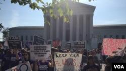 妇女堕胎权益的支持者们在最高法院门前(2016年6月27日)。