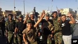 عراقی فوجی کرکوک میں داخل ہوتے وقت خوشی کا اظہار کر رہے ہیں۔