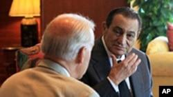 拜登(左)6月7日在埃及会晤穆巴拉克