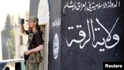 Pripadnik Islamske države u sirijskom gradu Raki