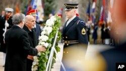 미국을 방문 중인 아슈라프 가니 아프가니스탄 대통령(왼쪽 2번째)이 24일 알링턴 국립묘지 내 무명용사비에 헌화하고 있다.