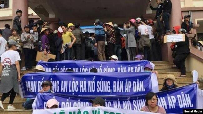 Người dân biểu tình trước UBND huyện Lộc Hà, tỉnh Hà Tĩnh, ngày 3/4/2017. (Ảnh Facebook Nhật Ký Yêu nước)