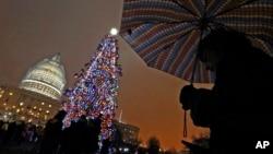 El presidente de la Cámara de Representantes, John Boehner, encabezó la ceremonia del encendido de las luces de Navidad y el árbol del Capitolio.