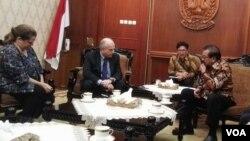 Pertemuan Dubes AS untuk Indonesia Joseph R. Donovan dengan Gubernur Jawa Timur Soekarwo, didampingi Konsul Jenderal AS di Surabaya Heather Variava, di Gedung Negara Grahadi, Surabaya (1/3). (VOA/Petrus Riski)