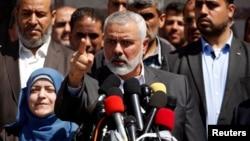 اسماعیل هنیه، رهبر جدید حماس، در کنار همسر فرمانده ترور شده