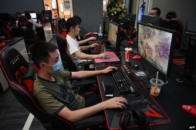 para penggemar game online tengah berselancar di sebuah kafe internet di Beijing, China, 10 September 2021. (Foto: AFP)