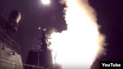 录像画面显示俄罗斯海军战舰向伊斯兰国组织在叙利亚的基础设施发射巡航导弹。(2015年10月7号)