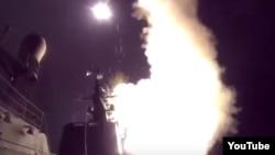 Imagen tomada de un video que muestra el lanzamiento de misiles hacia Siria.