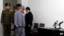Misionaris Amerika Kenneth Bae (kedua dari kiri) tiba dalam jumpa pers di Pyongyang (20/1). (AP/Kim Kwang Hyon)