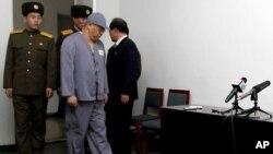 북한에 억류 중인 한국계 미국인 케네스 배 씨가 20일 평양에서 기자회견을 열고 미국 정부에 자신의 석방을 위해 적극 나서줄 것을 당부했다. 죄수복을 입은 배 씨가 북한 공안의 감시 아래 기자회견장으로 나오고 있다.
