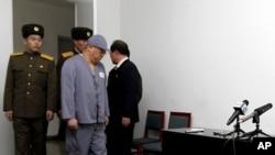 """Ôngg Bae xuất hiện trước các phóng viên tại Bình Nhưỡng, kêu gọi Washington giúp ông trở về nước và thú nhận """"phạm tội nghiêm trọng"""" tại miền Bắc."""