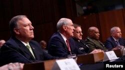 댄 코츠 미 국가정보국장(가운데)이 11일 상원 정보위원회 청문회에서 증언하고 있다. 왼쪽은 마이크 폼페오 CIA 국장.