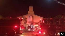圣露西郡治安官办公室公布的照片显示,消防人员在佛罗里达州皮尔斯堡伊斯兰中心大火现场作业。(2016年9月12日)