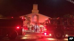 Pemadam kebakaran berusaha memadamkan api di Islamic Center di kota Fort Pierce, Florida, Senin (12/9).