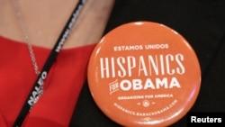 一位拉美裔婦女配戴支持奧巴馬連任的襟章