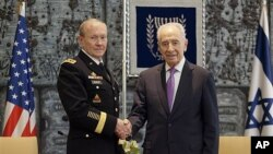 Chairman of the US Joint Chiefs of Staff, Army Gen. Martin Dempsey (l) with Israeli President Shimon Peres in Jerusalem, Jan. 20, 2012.