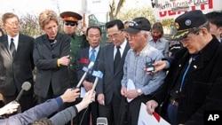 미국 워싱턴 중국대사관 앞에서 1일 탈북자 강제북송 반대 시위에 이어, 기자회견을 하는 참석자들.