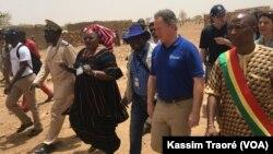 DavidBeasley, directeur exécutif du PAM, à Koundougou, au Mali, le 20 mai 2018. (VOA/Kassim Traoré)