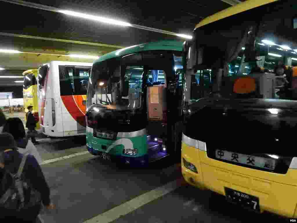 多個日本當地旅行團的旅遊車在新宿一個停車場同時準備出發。(美國之音湯惠芸攝)