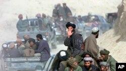 কুন্দুজের পতনের পর উত্তর আফগানিস্তানের আমিরাবাদ গ্রামে তালেবান যোদ্ধাদের একটি সারি