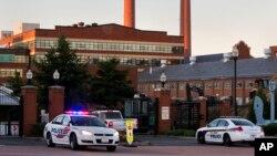 Cảnh sát tại lối vào Công xưởng Hải quân ở Washington, sáng ngày 17/9/2013.