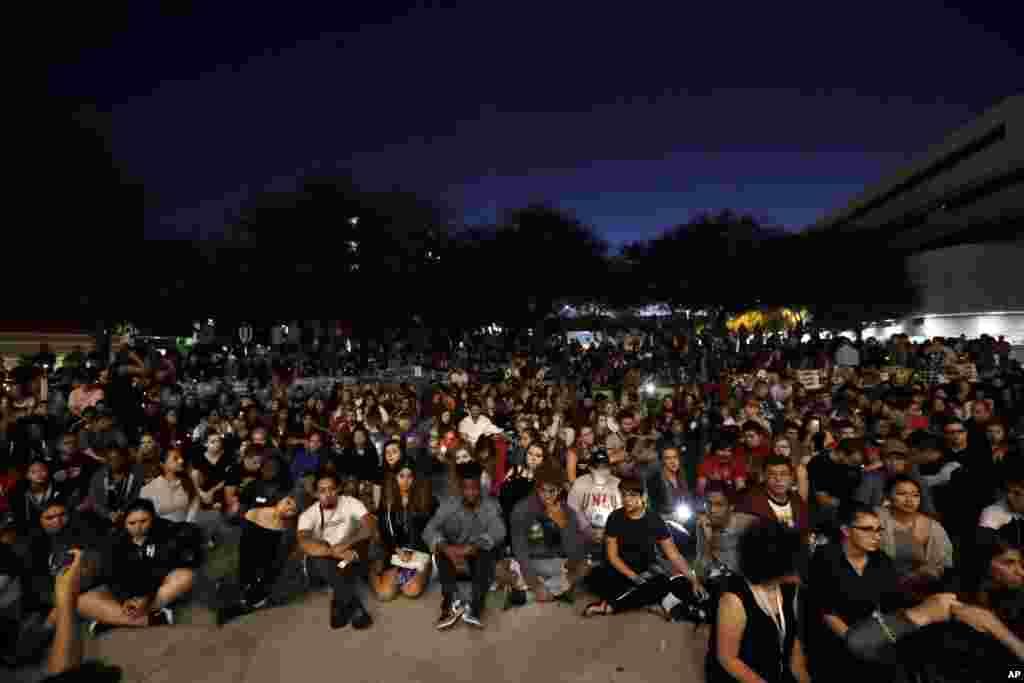 گردهمایی دانشجویان با شمع در دست مقابل دانشگاه نوادا به نشان همدردی با قربانیان حادثه تیراندازی در کنسرتی در لاس وگاس.