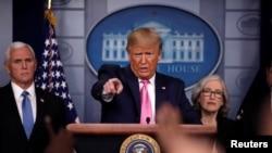Prezidan Donald Trump ki t ap deziye yon jounalis pou poze l kesyon, mèkredi 26 fevriye a, nan yon konferans pou laprès nan Salon Brady a, nan La Mezon Blanch. (Foto: REUTERS/Carlos Barria, Washington, 26 fevriye 2020).