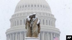 Quốc hội Mỹ phía sau Tượng đài Hòa bình trong trận bão tuyết ở Washington khi chính phủ đóng cửa sang tuần thứ 4 vào ngày 13/1. Tranh cãi về bức tường biên giới được cho là nguyên nhân gây ra tình trạng chính phủ Mỹ bị đóng cửa.