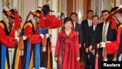韩国新总统朴槿惠2月25日抵达首尔的青瓦台总统府参加官方的宴会