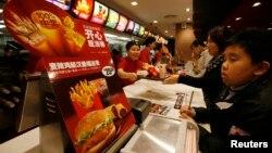 中国深圳的一家麦当劳快餐店(资料照片)