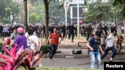 Cảnh sát chống bạo động rượt đuổi người biểu tình chống dự án xây nhà máy hóa chất ở Mậu Danh, tỉnh Quảng Đông, ngày 31/3/2014.