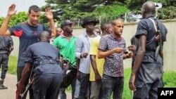 Des policiers fouillent des passants à Brazzaville, le 4 avril 2016.