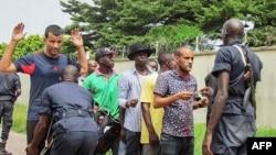 Des policiers fouillent des passants dans un quartier du sud de Brazzaville, Congo, 4 avril 2016.