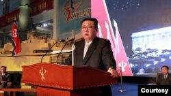 Nhà lãnh đạo Triều Tiên Kim Jong Un phát biểu trong cuộc triển làm về phát triển quốc phòng ở Bình Nhưỡng vào ngày 12/10/2021.