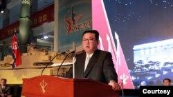 김정은 북한 국무위원장이 11일 3대혁명 전시관에서 개막한 '자위-2021' 국방발전전람회에서 연설하고 있다.