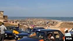 Taxis drivers wait for passengers near an beachfront slum in Accra's Jamestown (VOA/Laura Burke, Sept 2012).