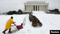 지난 13일 미국 워싱턴 일원에 폭설이 내린 가운데, 링컨 대통령 기념관 주변에서 제설작업을 하고 있다.