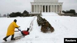 Radnici čiste sneg ispred spomenika Abrahamu Linkolnu u Vašingtonu