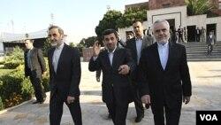 El presidente iraní, Mahmoud Ahmadinejad, al centro en la foto, pensaba viajar desde Nueva York a Caracas.